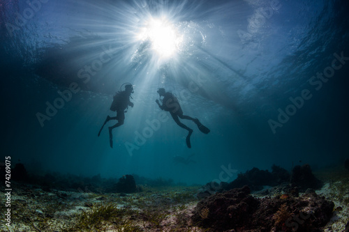Spoed Foto op Canvas Duiken scuba divers start a dive
