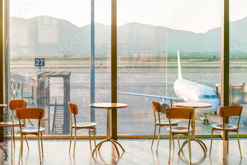 Poster de jardin Aeroport empty cafe tables in the airport and on the plane view