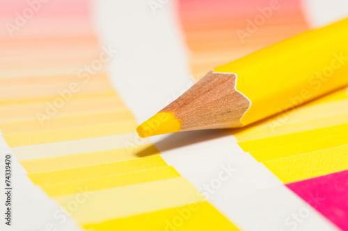 crayon de couleur jaune sur un nuancier de jaunes rouge orange ...