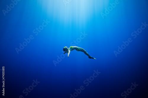 Fotografía  girl swimming underwater