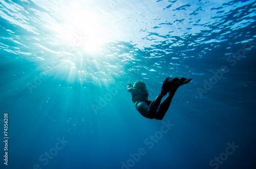 Plakat dziewczyna pływanie pod wodą