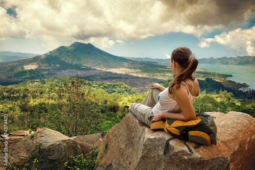 Obraz Woman traveler looking at Batur volcano - fototapety do salonu
