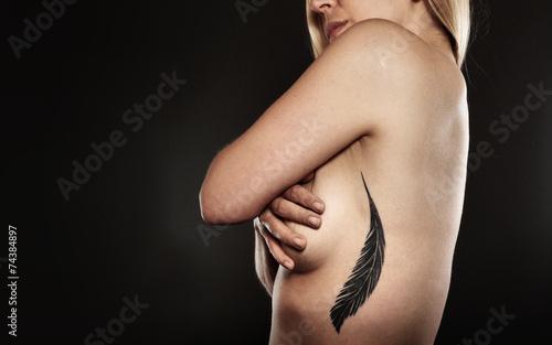 Fototapeta naga kobieta z wytatuowanym piórem obraz