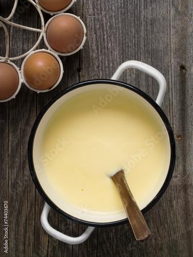 Foto pot of creamy custard sauce