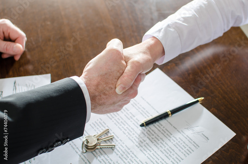 Fotografía  Estate agent shaking hands with his customer