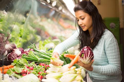 Fotomural Closeup portrait woman grocery shopping