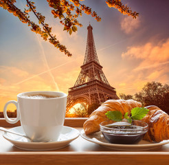 Fototapeta Do gastronomi Coffee with croissants against Eiffel Tower in Paris, France