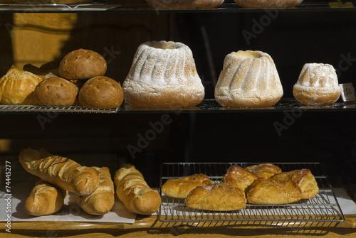 Deurstickers Bakkerij Schaufenster mit Guglhupf-Kuchen im Elsass