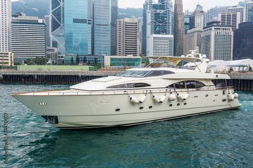 Fotografia  yacht,cityscape and victoria harbor of  hongkong