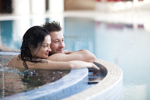Fotografia, Obraz  Couple relaxing in jacuzzi of spa center