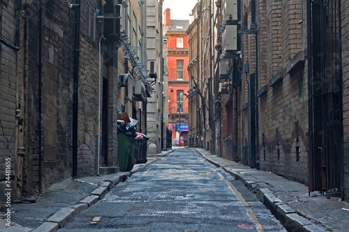 Photo Looking down an empty inner city alleyway