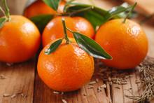 Clementine Biologiche Sul Tavolo Di Legno