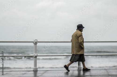 Anciana paseando por la ciudad Canvas Print