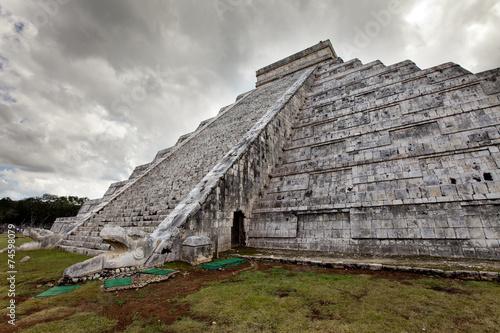In de dag Mexico Kukulkan Pyramid in Chichen Itza on the Yucatan, Mexico