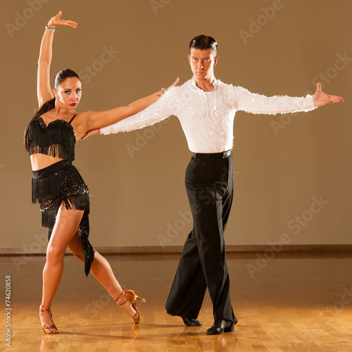 fototapeta na drzwi i meble latino taniec para w akcji - dziki taniec samba
