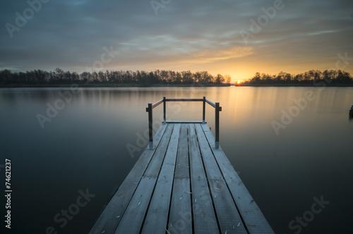 Fototapeta drewniany pomost nad rzeką obraz