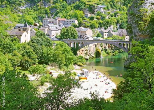 Obraz na plátně Pont et plage à Saint-Chély-du-Tarn