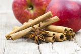 Laski cynamonu, anyż i świeże jabłka