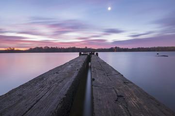 drewniany pomost nad rzeką
