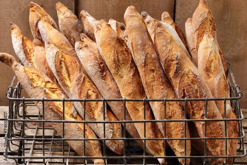 Fotografie, Obraz  Francouzské bagety v kovovém koši v pekárně
