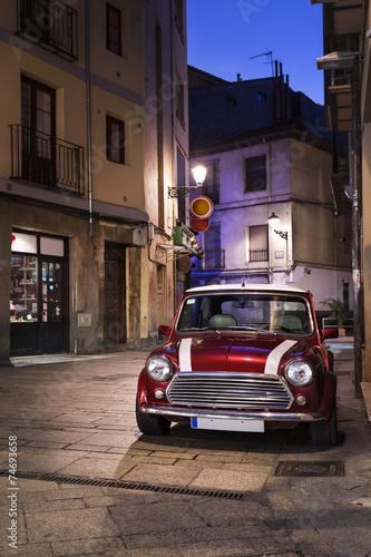 retro-samochod-na-ulicy-w-nocy