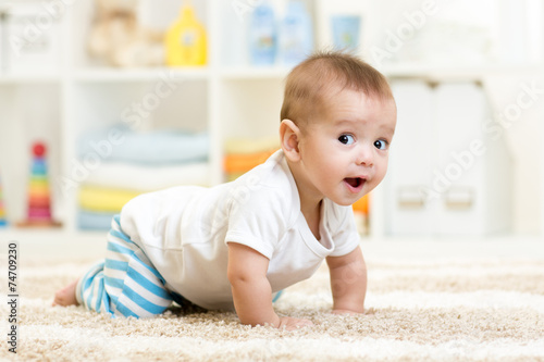 Photo  crawling baby boy indoors