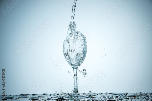 Papiers peints Eau glass being filled with water