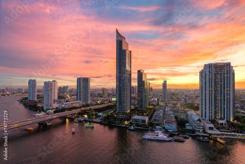 In de dag Bangkok Bangkok city at dusk,Chaopraya river
