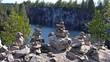 на скале мраморного каньона сад из камней.Рускеала.