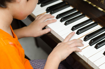 Fototapetalittle boy playing piano