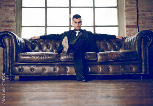 Photo  rich man in a luxury apartment
