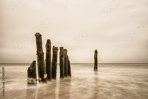 Fototapeta morze Bałtyk pale-w-morzu-baltyckim
