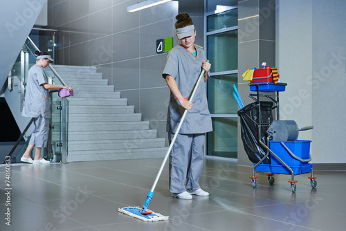 Obraz worker cleaning floor with machine - fototapety do salonu