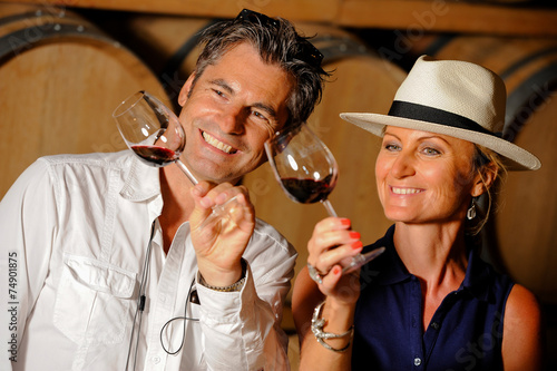 Fotografía Tourism - Couple tasting wine in a cellar