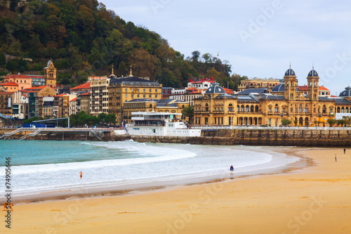 Photo  La Concha beach in autumn day at San Sebastian