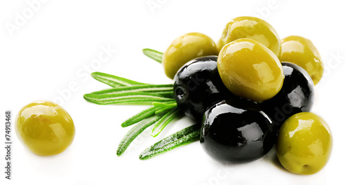 Fotografía  Green and black olives with long leaves isolated on white