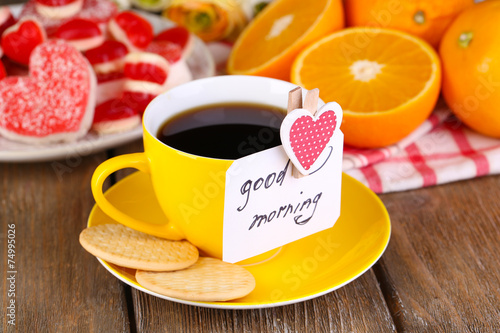 Fotografia Cup of tea with card that says good morning on table close-up