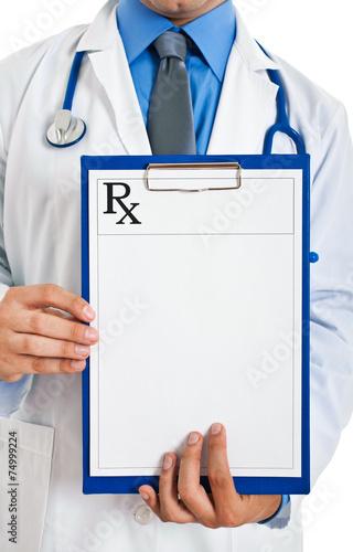 Fotografia  Doctor holding prescription paper