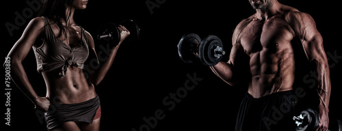 Fotografia  strong young couple working out with dumbbells. Shot in studio o