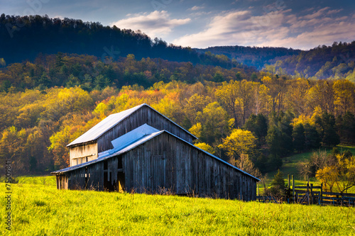 Fotografia Old barn and spring colors in the Shenandoah Valley, Virginia.