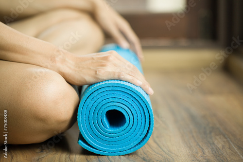 Poster School de yoga Young woman holding a yoga mat