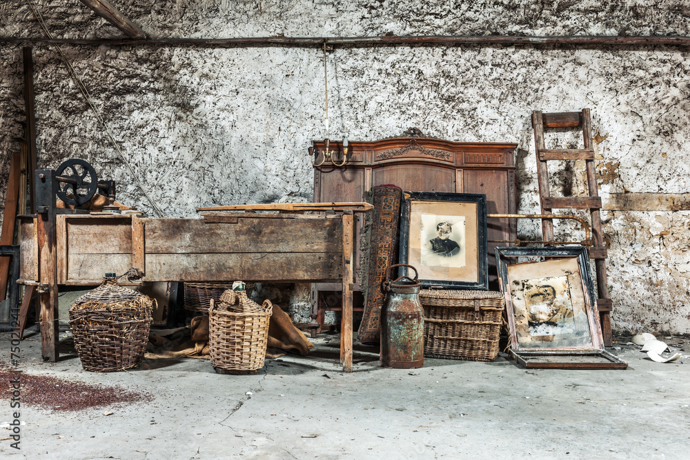 Fototapety, obrazy: Old relics in a dusty attic