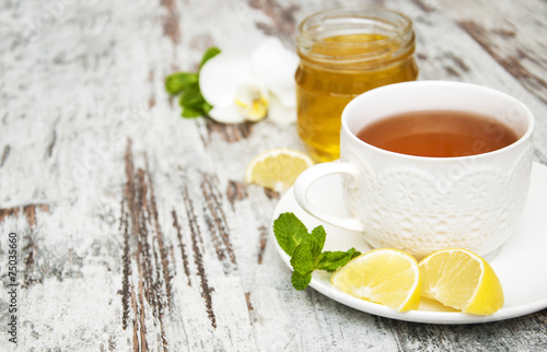 Photo  Cup of tea with lemon and honey