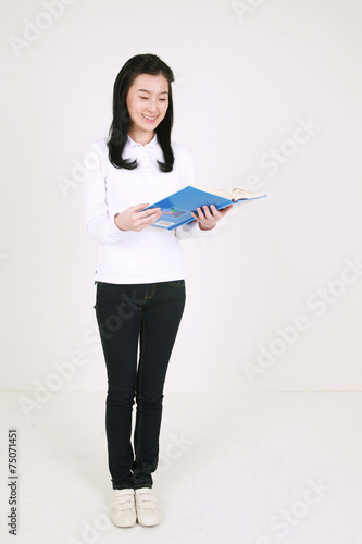 Fotografie, Obraz  스튜디오 안의 젊은 여대생