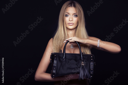 Fotomural  Attractive blonde woman with bag