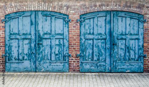Fototapeta drzwi   rustic-heavy-wooden-doors