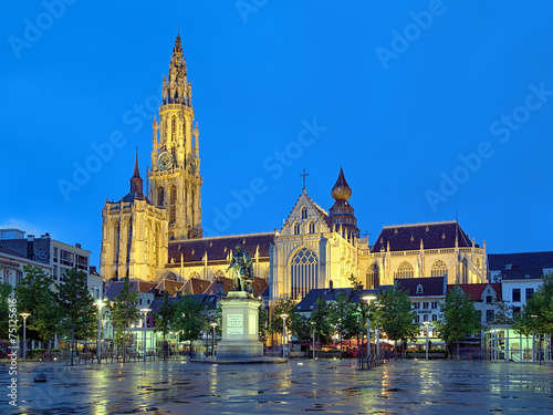 Keuken foto achterwand Antwerpen Cathedral and statue of Peter Paul Rubens in Antwerp at evening