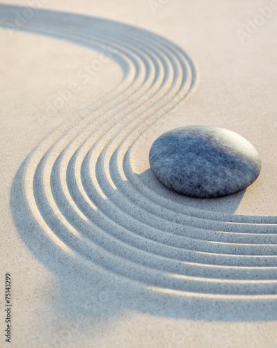 Foto op Plexiglas Stenen in het Zand Stein und Wellen im Sand Hochformat