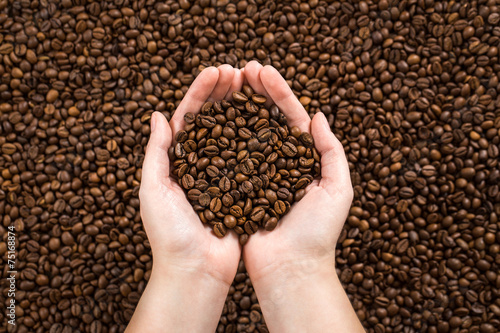 Tuinposter koffiebar Coffee beans in woman's hands.