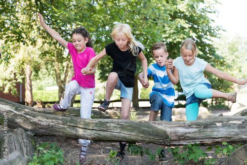 Valokuva  Kinder auf dem Spielplatz